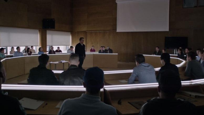 Matt Damon beszél a városháza tárgyaló termében
