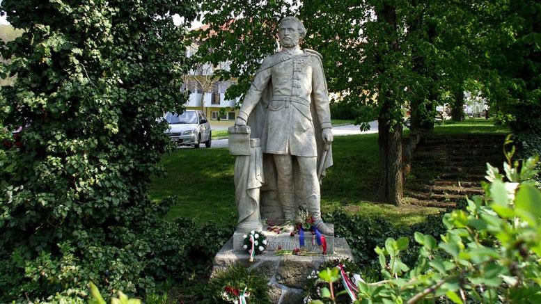 Széchenyi-szobor a Kamaraerdei Idősek Otthona parkjában