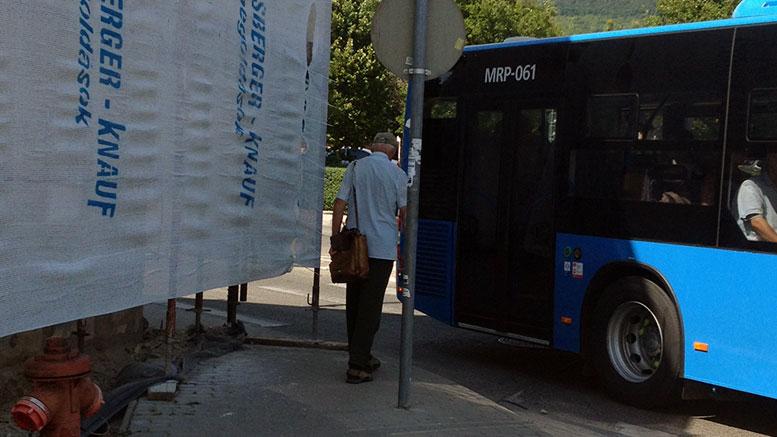Óvatosan kerüljön, ha a régi posta épülete előtti járdán közlekedik!