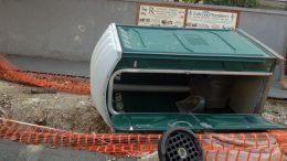 Bedőlt mobil WC és kiálló betonvasak