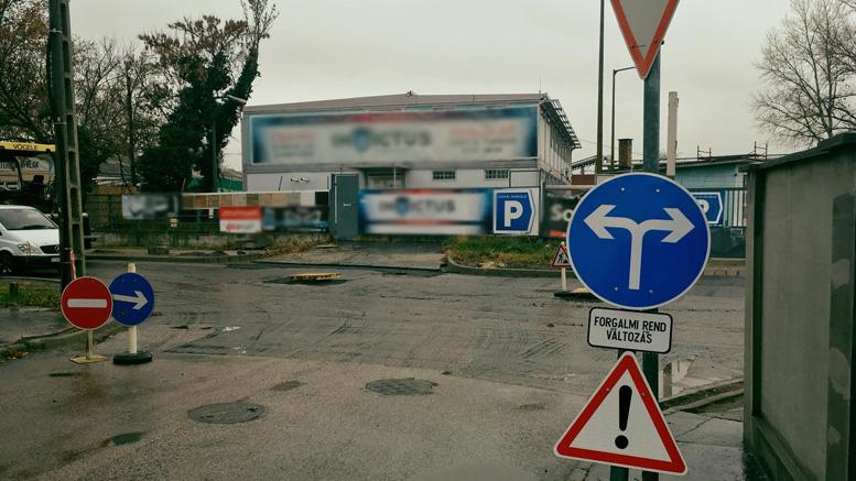 Tábla káosz a felújítás alatt lévő Törökbálinti utcában
