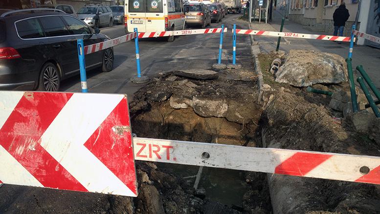 Csőtörés volt a Károly király utcában, Budaörsön